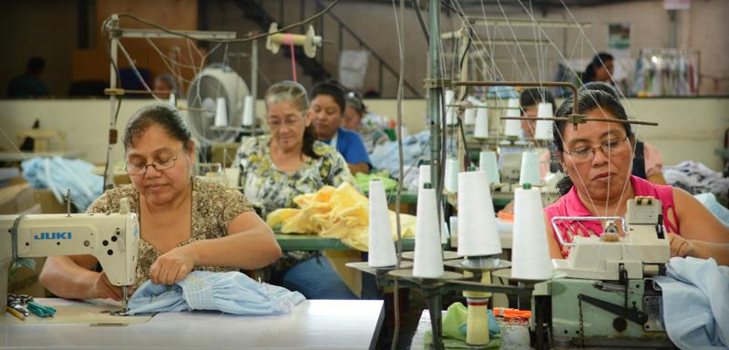 Personal--trabajando-en-Industrias-Margareth-El-Salvador